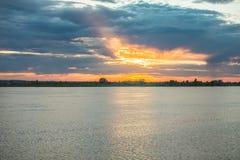 Puesta del sol sobre el río Tom Tomsk en verano fotos de archivo libres de regalías