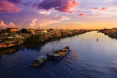 Puesta del sol sobre el río Mekong Fotos de archivo libres de regalías