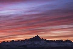 Puesta del sol sobre el soporte Monviso imagen de archivo libre de regalías