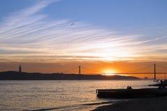 Puesta del sol sobre el Tajo, Lisboa, Portugal Imagen de archivo