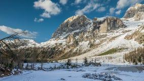 Puesta del sol sobre el valle nevoso de la montaña Imagen de archivo