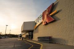 Puesta del sol sobre el viejo centro comercial de Kmart en Lexington, SC diciembre Foto de archivo libre de regalías
