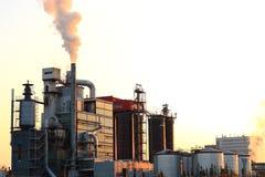 Puesta del sol sobre fábrica Foto de archivo libre de regalías