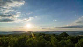 Puesta del sol sobre Forest Landscape Time Lapse - nubes y árboles móviles - 4k 3840 x 2160 metrajes
