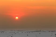Puesta del sol sobre granja de la orilla y de la cáscara Fotos de archivo