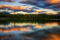 Puesta del sol sobre Herbert Lake en el parque nacional de Banff, Alberta, Canadá Fotos de archivo