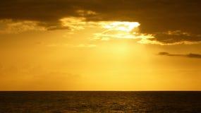 Puesta del sol sobre horizonte Imagen de archivo