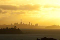 Puesta del sol sobre horizonte de la ciudad Imágenes de archivo libres de regalías
