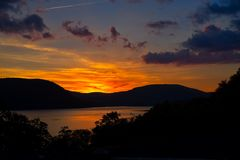 Puesta del sol sobre Hudson River imágenes de archivo libres de regalías
