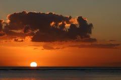 Puesta del sol sobre Isla Mauricio Imágenes de archivo libres de regalías