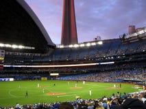 Puesta del sol sobre juego de béisbol Foto de archivo libre de regalías