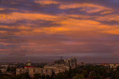 Puesta del sol sobre l ciudad Dnipro ucrania foto de archivo libre de regalías
