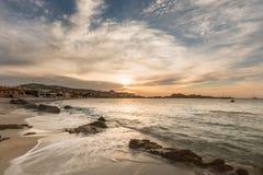 Puesta del sol sobre L ` Ile Rousse en la región de Balagne de Córcega Imágenes de archivo libres de regalías