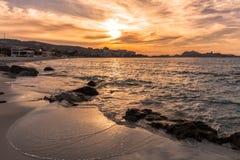 Puesta del sol sobre L ` Ile Rousse en la región de Balagne de Córcega Fotografía de archivo