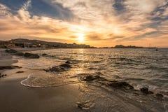 Puesta del sol sobre L ` Ile Rousse en la región de Balagne de Córcega Fotos de archivo