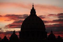 Puesta del sol sobre la bóveda de la basílica de San Pedro en la Ciudad del Vaticano i Fotos de archivo libres de regalías