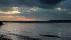 Puesta del sol sobre la bahía almacen de metraje de vídeo