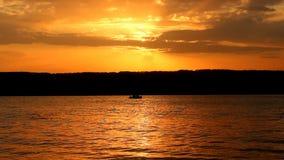 Puesta del sol sobre la bahía metrajes