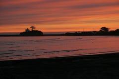Puesta del sol sobre la bahía fotos de archivo