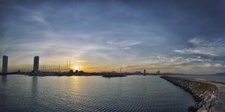 Puesta del sol sobre la bahía con el yaght imagen de archivo libre de regalías