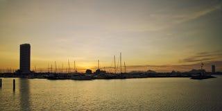 Puesta del sol sobre la bahía con el yaght foto de archivo