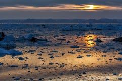 Puesta del sol sobre la bahía de Disko, Groenlandia Foto de archivo libre de regalías