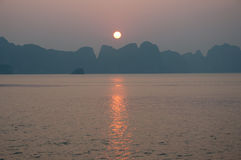 Puesta del sol sobre la bahía de Halong en Vietnam Fotos de archivo