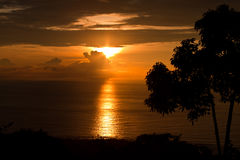 Puesta del sol sobre la bahía de Keauhou foto de archivo