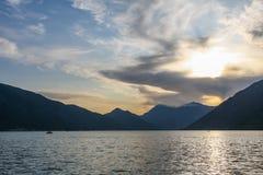Puesta del sol sobre la bahía de Kotor en Montenegro fotografía de archivo libre de regalías