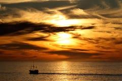 Puesta del sol sobre la bahía de la tabla, Cape Town, Suráfrica Foto de archivo