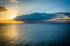 Puesta del sol sobre la bahía de Manila, vista de Pasay, metro Manila, el Phili Foto de archivo libre de regalías