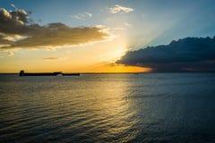 Puesta del sol sobre la bahía de Manila, vista de Pasay, metro Manila, el Phili Fotografía de archivo