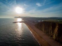 Puesta del sol sobre la bahía del oeste, Dorset fotos de archivo libres de regalías