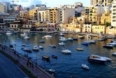 Puesta del sol sobre la bahía del St Julians en Malta Imágenes de archivo libres de regalías