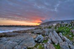 Puesta del sol sobre la bahía de Hermanus - Suráfrica   Foto de archivo libre de regalías