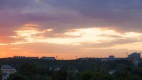 Puesta del sol sobre la ciudad Imagen de archivo libre de regalías