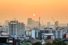 Puesta del sol sobre la ciudad Foto de archivo
