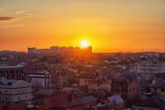 Puesta del sol sobre la ciudad Fotos de archivo libres de regalías