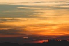 Puesta del sol sobre la ciudad Foto de archivo libre de regalías