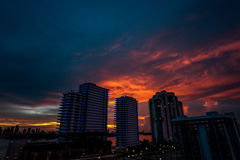 Puesta del sol sobre la ciudad fotografía de archivo