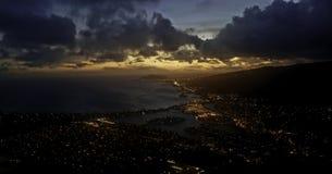 Puesta del sol sobre la ciudad de Hawaii foto de archivo libre de regalías
