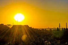 Puesta del sol sobre la ciudad hermosa Imagen de archivo libre de regalías