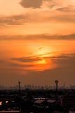 Puesta del sol sobre la ciudad, hermosa vista Imágenes de archivo libres de regalías