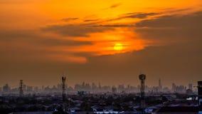 Puesta del sol sobre la ciudad, hermosa vista Imagen de archivo libre de regalías
