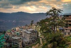 Puesta del sol sobre la ciudad himalayan Gangtok, Sikkim, la India Fotografía de archivo
