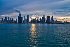 Puesta del sol sobre la ciudad del horizonte de Chicago con interés añadido en cloudscape y reflexiones fotografía de archivo