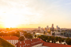 Puesta del sol sobre la ciudad moderna de Vilna imagenes de archivo