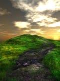 Puesta del sol sobre la colina verde Foto de archivo