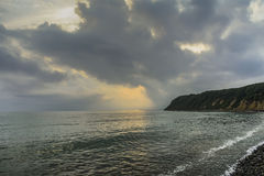 Puesta del sol sobre la costa imagen de archivo libre de regalías