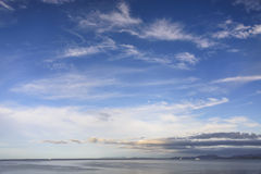 Puesta del sol sobre la costa fotografía de archivo
